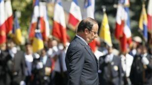 Presidente francês interrompeu as férias para homenagear, neste sábado, soldado morto no Afeganistão