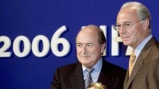 El alemán Franz Beckenbauer (a la derecha) y el ex presidente de la FIFA Joseph Blatter, durante la atribución del Mundial a Alemania, en julio de 2000.