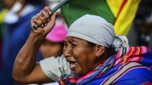 Wafuasi wa Evo Morales wakati wa maandamano katika mitaa ya Cochabamba, Novemba 18, 2019.