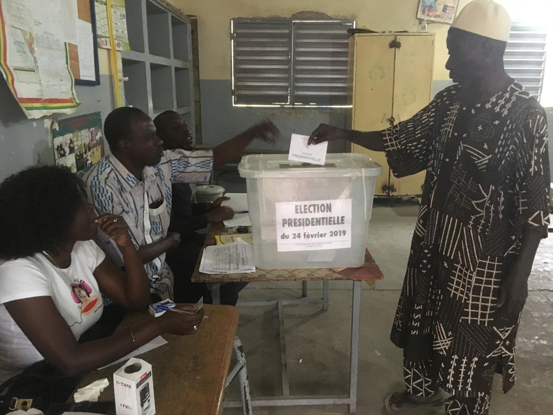 Des électeurs sénégalais dans l'école du quartier Biscuiterie de Dakar, le 24 février 2019 pour la présidentielle.