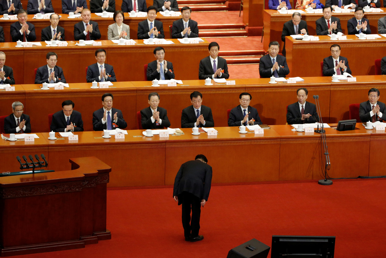 Dàn lãnh đạo Trung Quốc với com-lê, cà vạt. Trong ảnh, chủ tịch Quốc Hội Trung Quốc Vương Thần (Wang Chen) chào đoàn chủ tịch trong phiên họp toàn thể, đúng vào ngày Quốc tế phụ nữ mùng 8/3/2019.