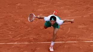 El austriaco Dominic Thiem eliminó al serbio Novak Djokovic en cuartos de final del torneo de Roland Garros, este 7 de junio de 2017.