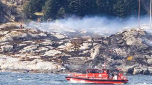 Спасательные работы в месте крушения вертолета в Норвегии, 29 апреля 2016 г.
