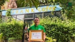 ម្ចាស់អាហារដ្ឋាន Frank Coffee ដែលបានទទួលប័ណ្ណសរសើរ ពីមន្ទីរបរិស្ថានរាជធានីភ្នំពេញ