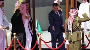 Le roi de Jordanie Abdullah II accueille son homologue saoudien le roi Salman à l'aéroport d'Amman, le 27 mars 2017.