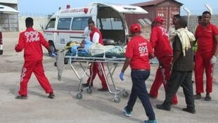 Une équipe d'Aamin Ambulance en plein travail de secours à une victime.