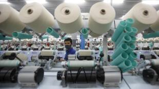 Ảnh minh họa: Một nhà máy dệt tại tỉnh Hà Nam. Việt Nam phải biết sàng lọc các dự án đầu tư nước ngoài để tránh trở thành bãi rác công nghiệp của Trung Quốc.