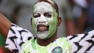 Un supporter nigérian maquillé aux couleurs nationales, lors d'une rencontre entre le Nigeria et l'Angleterre à Londres, le 2 juin 2018.