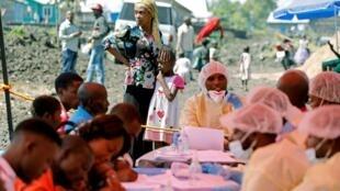 Une femme et son enfant dans l'attente d'une vaccination contre le virus Ebola, à Goma, le 5 août 2019.