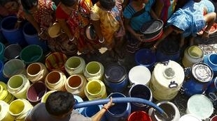 En Inde, citerne d'eau municipale dans un bidonville de Kolkata.