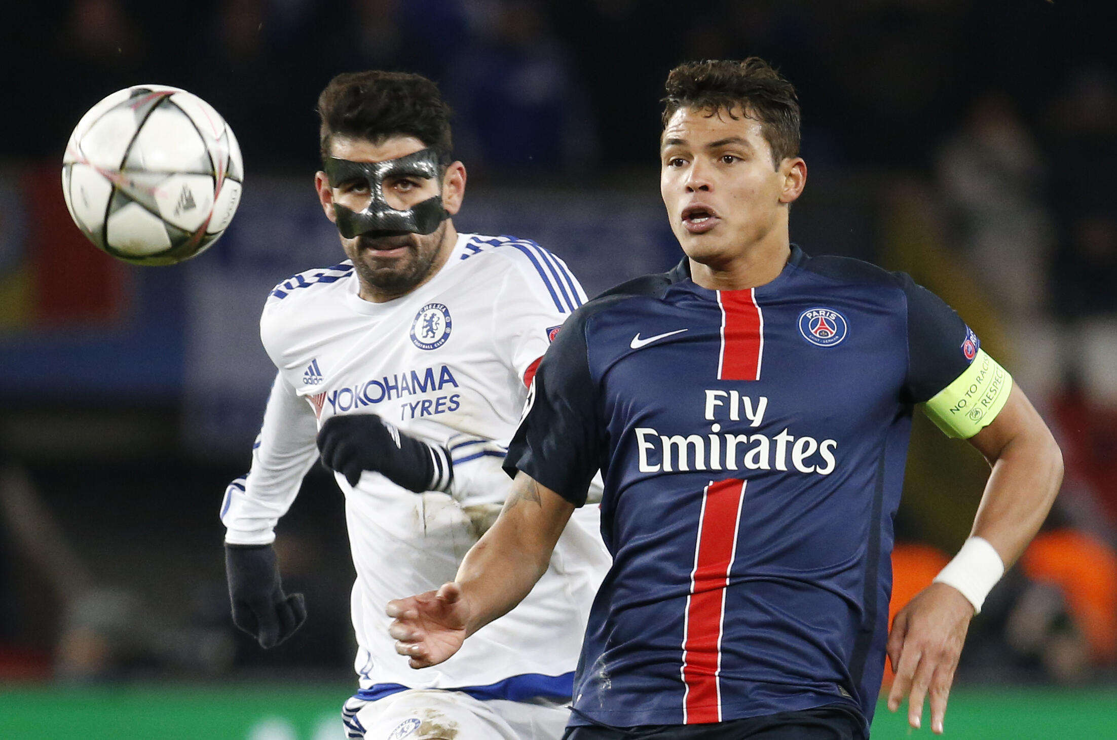 Thiago Silva, defesa brasileiro e capitão do Paris Saint-Germain (direita), num duelo com o avançado hispano-brasileiro do Chelsea, Diego Costa (esquerda).