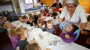 Crianças pobres vão ganhar café da manhã em escolas na França