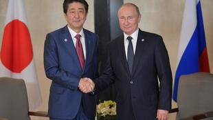 Премьер-министр Японии Синдзо Абэ и президент Росси Владимир Путин на саммите АСЕАН в Сингапуре в ноябре 2018 года