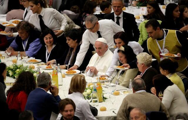 Papa Francisco almoça com pessoas carentes convidadas para compartilhar com ele a primeira Jornada Mundial dos Pobres.