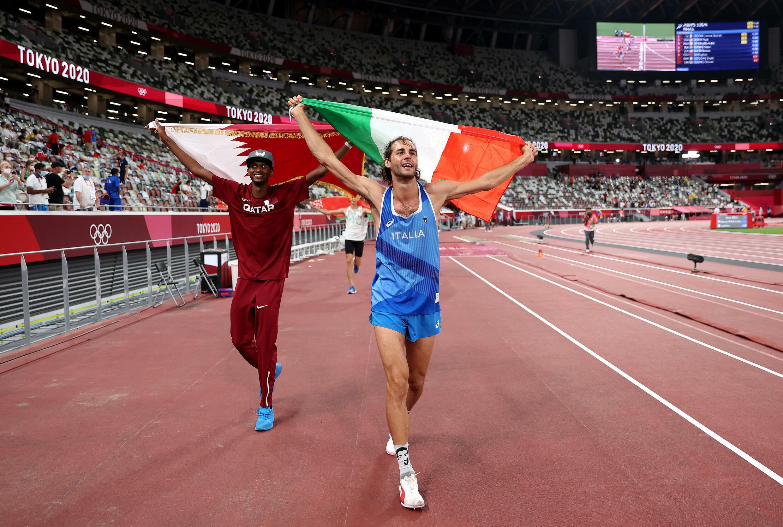Mutaz Essa Barshim (izq) y Gianmarco Tamberi celebran su medalla de oro compartida en la final del salto de altura de los Juegos Olímpicos, el 1 de agosto de 2021 en Tokio