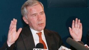 """Vào năm 1989, ông Horn Gyula cùng với Ngoại trưởng Áo Alois Mock dỡ bỏ """"Bức màn sắt"""" ngăn chia hai khối Đồng -Tây (Reuters)"""