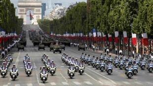 Мотоциклисты французской жандармерии и полиции: военный парад на Елисейских полях 14 июля 2015