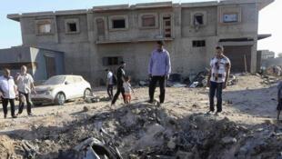 A Benghazi, un avion de l'armée libyenne s'est écrasé lors des combats entre milices et troupes du général Haftar, le 29 juillet 2014.