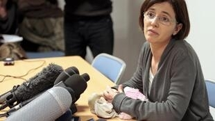 Irina Lucidi, a mãe das gémeas suíças desaparecidas há mais de duas semanas durante coletiva nesta segunda-feira.