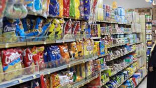 Une femme dans un supermarché de Doha, le 7 juin 2017. Le Qatar a ordonné le 26 mai 2018 à tous les magasins du pays de retirer des rayons les marchandises en provenance d'Arabie saoudite, des Emirats arabes unis, du Bahreïn et de l'Egypte.
