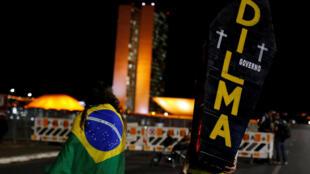 Manifestantes em frente ao congresso nacional na noite de terça-feira.