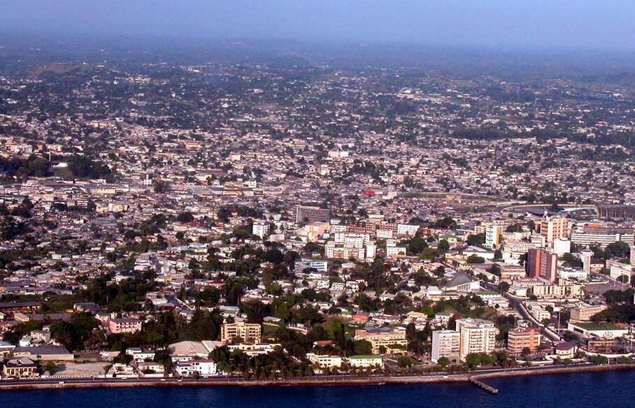 La Gabonaise d'énergie a ouvert la première usine de fabrication de transformateurs en Afrique au sud du Sahara, à 35 km de Libreville. (Photo: vue de Libreville au Gabon).
