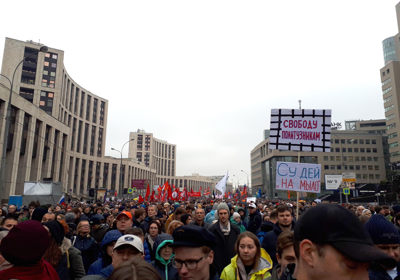 Gần 20 000 người tập hợp biểu tình dưới mưa trên đường Sakharov, gần khu trung tâm Matxcơva, Nga. Ảnh ngày 29/09/2019.