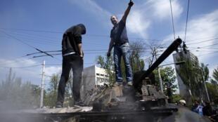 Возле здания горсовета Мариуполя, 9 мая 2014 года