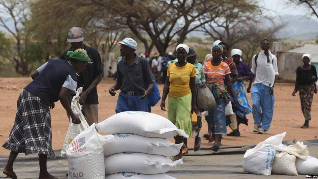 Msaada wa chakula ukitolewa kwa wananchi wa Zimbabwe huko Mutawatawa, karibu kilomita 220 kaskazini mashariki mwa mji mkuu Harare, Novemba 25, 2013.