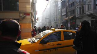 Un taxi conduisant à travers l'avenue Istiklal, à Istanbul.