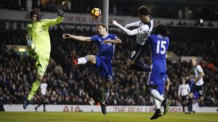 Kiungo wa Tottenham Hotspurs, Dele Alli, akiifungua timu yake bao la pili kwa kichwa, Januari 4, 2017