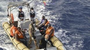 Des migrants dans un bateau de la marine italienne, après une opération de sauvetage en mer.