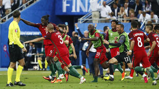Os Portugueses festejam o golo de Éder.