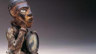 Kongo/Vili, République du Congo, statuette, bois, miroir, fer et pigments, h: 29 cm. Rapportée en 1908. Fondation Dapper, Paris. Inv. N° 2581.
