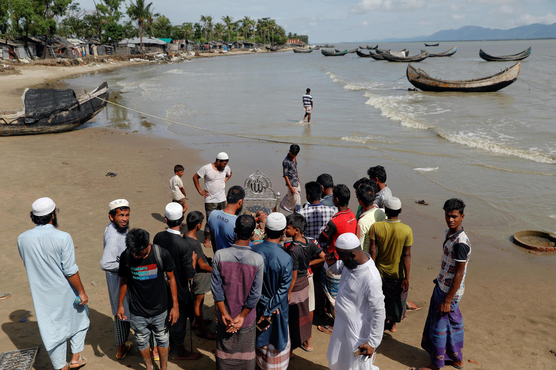 Wasu daga cikin musulmi 'yan kabilar Rohingya kenan bayan da kwale-kwalensu ya kife a kokarin da suke na tsallakawa Bangladesh don gujewa rikici a jihar Rakhine ta Myanmar.
