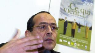 Bernard Stiegler face à des prisonniers à Douai, en 2003.