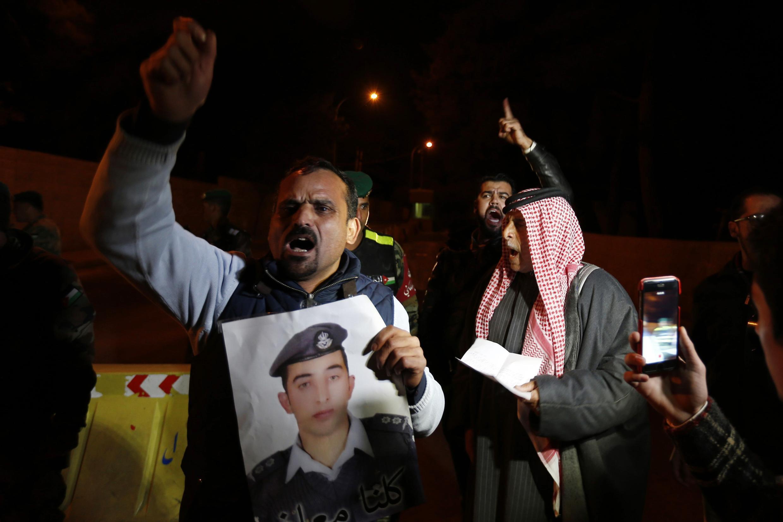 Cha mẹ của viên phi công Maaz al-Kassasbeh biểu tình trước dinh Hoàng gia Jordani, Amman, ngày 28/01/2015