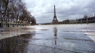 La voie Georges Pompidou à hauteur de la Maison de la Radio à Paris, le 21 mars 2001.