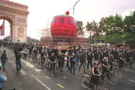 中國在法學生參加1989年7月14日法國大革命兩百周年紀念遊行資料圖片