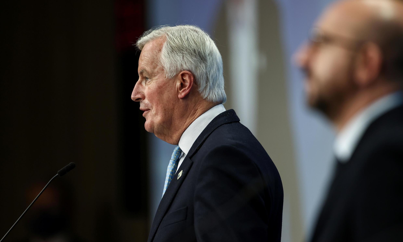 Ông Michel Barnier (T), trưởng phái đoàn đàm phán về Brexit của Liên Hiệp Châu Âu, và chủ tịch Hội Đồng Châu Âu, Charles Michel, tại Bruxelles, ngày 15/10/2020.