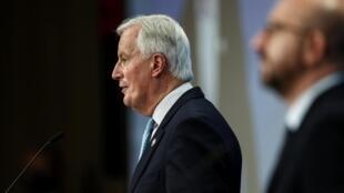 Michel Barnier, le principal négociateur européen pour le Brexit aux côtés de Charles Michel, le président du Conseil européen à Bruxelles, 15 octobre 2020.