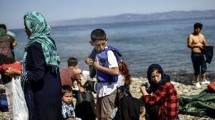 Des familles de migrants afghans viennent de débarquer sur l'île de Lesbos depuis la Turquie, le 6 août 2018.