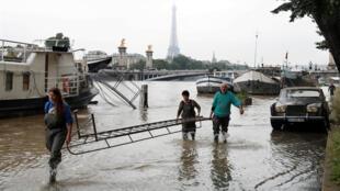 Rio Sena sobe de nível e muda a paisagem de Paris.