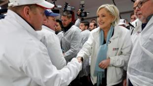 Bà Marine Le Pen, ứng cử viên tổng thống đảng cực hữu Mặt Trận Quốc Gia, viếng chợ Rungis, Paris, trong cuộc vận động tranh cử, ngày 25/04/2017.