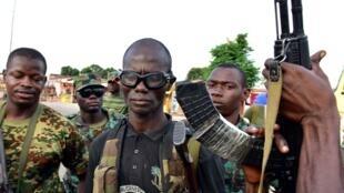 Des soldats ivoiriens mutinés posent avec leurs armes à Bouaké.