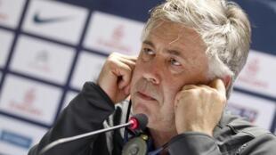 Treinador do PSG, Carlo Ancelotti, durante entrevista coletiva, em Doha, em 29 de dezembro de 2012.