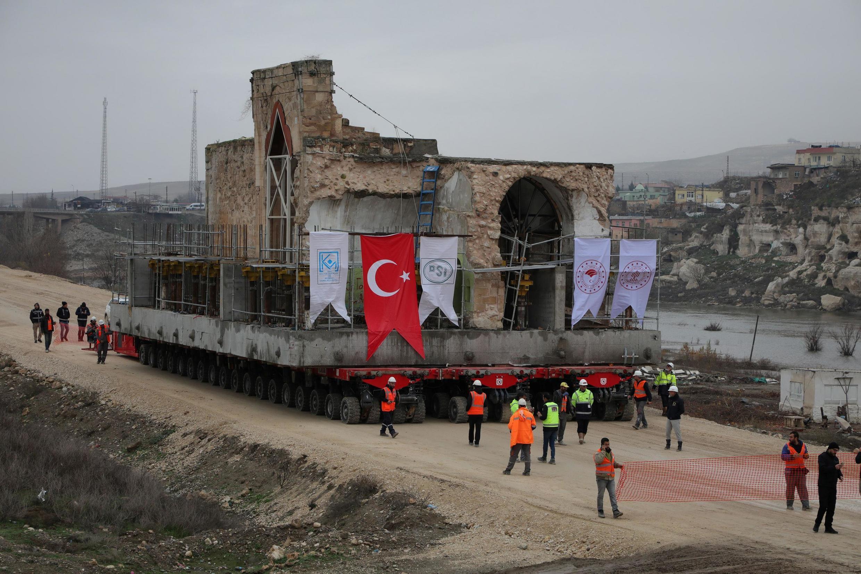 Cảnh di chuyển đền thờ Hồi Giáo Er-Rizk đến địa điểm mới ở Hasankeyf, miền nam Thổ Nhĩ Kỳ. Ảnh ngày 16/12/2019.