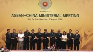Các ngoại trưởng Asean trước hội nghị với ngoại trưởng Trung Quốc tại Naypyitaw ngày 9/8/2014.