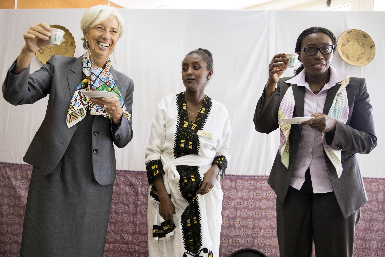 La directrice du FMI Christine Lagarde (à gauche) et la secrétaire exécutive du CEA Vera Songwe (à droite) le 15 décembre 2017.