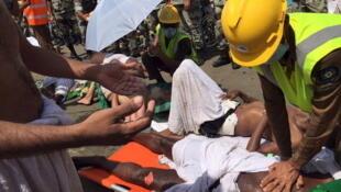 Des secouristes saoudiens viennent en aide aux blessés, après le mouvement de foule meurtrier de ce jeudi 24 septembre à La Mecque.